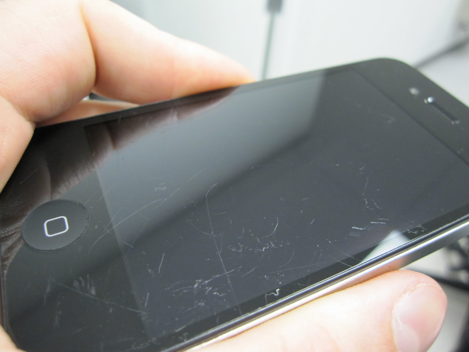 Cleaning Your Phoneâs Screen the Proper Way - Image 1